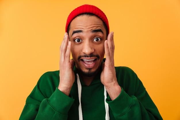帽子のショックを受けた若いアフロアメリカンの男の肖像