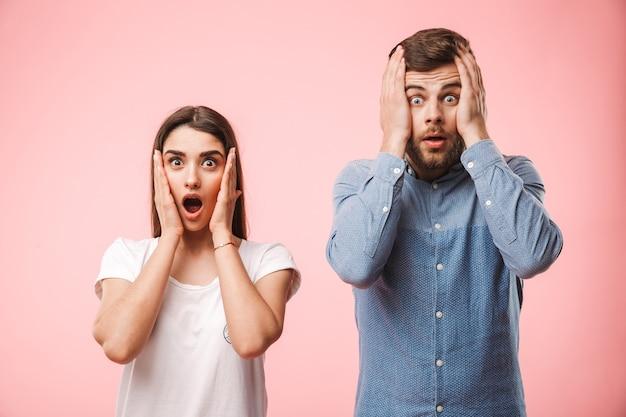 Портрет потрясенной кричащей молодой пары