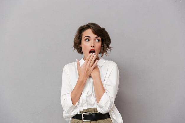 白いシャツを着たショックを受けた若い女性の肖像画