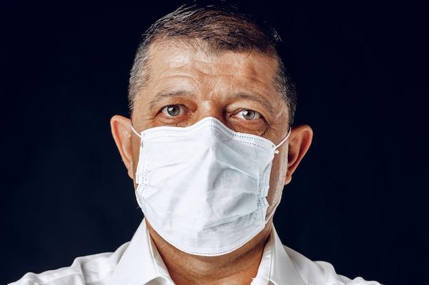 Портрет больного взрослого человека в медицинской маске крупным планом. концепция пандемии коронавируса