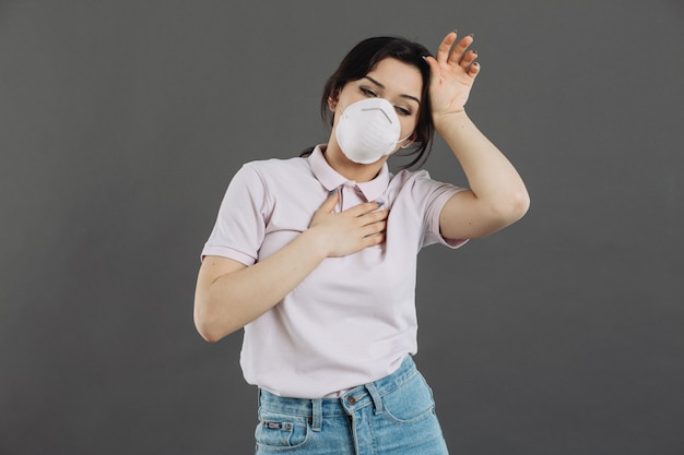 Портрет респиратора больной молодой женщины головной боли нося. пандемия 2019 коронавирус 2019-нков концепции.