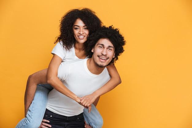 ガールフレンドを運ぶ笑顔のアフリカ人の肖像画