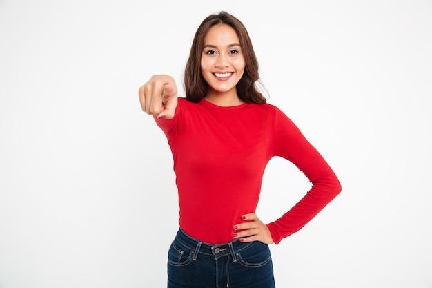 카메라에 웃는 아시아 여자 가리키는 손가락의 초상화