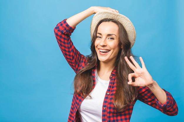夏のカジュアルと帽子の笑顔の魅力的な女性の肖像画