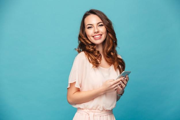 Портрет улыбающегося красивая девушка в платье
