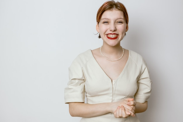 Портрет улыбающейся красивой молодой девушки с красными губами и большими глазами