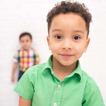 微笑む少年の肖像画
