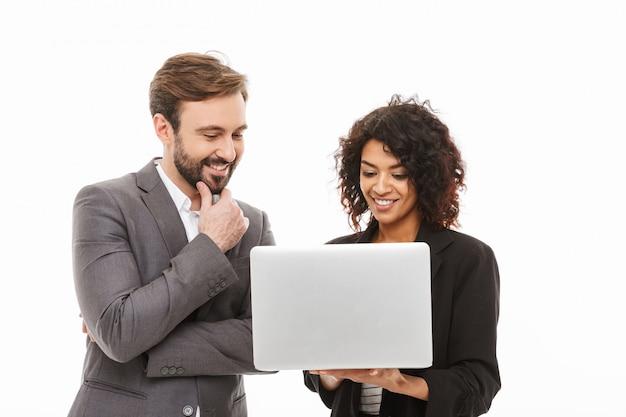 ラップトップコンピューターを見て笑顔のビジネスカップルの肖像画