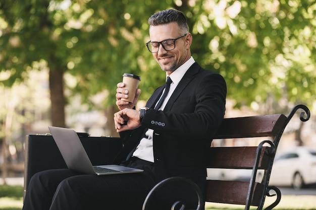 Портрет улыбающегося бизнесмена, одетого в строгую одежду