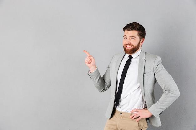 Портрет улыбающегося бизнесмена, одетый в костюм