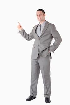 Портрет улыбающегося бизнесмена, указывая на что-то