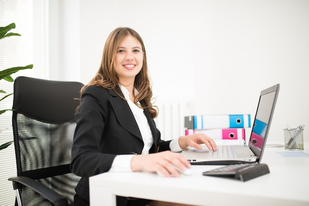 그녀의 사무실에서 웃는 사업가의 초상화