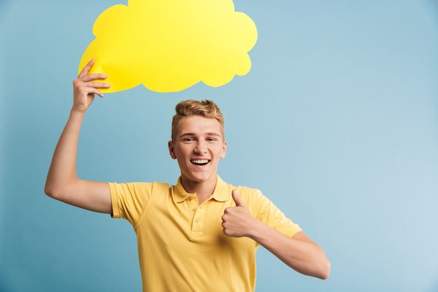 笑顔のカジュアルな10代の少年の肖像画