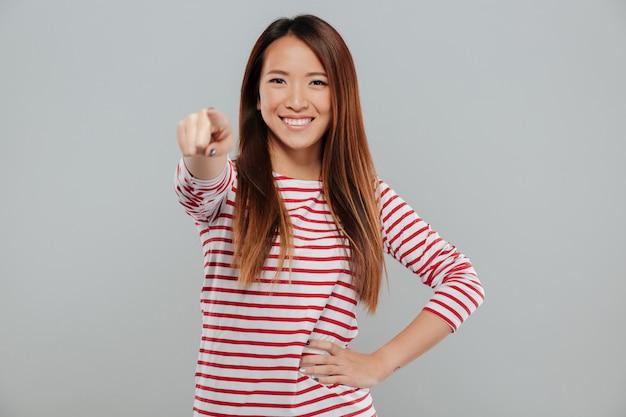 웃는 자신감 아시아 여자의 초상화