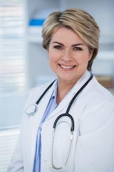 Портрет улыбающегося уверенно женщина-врач