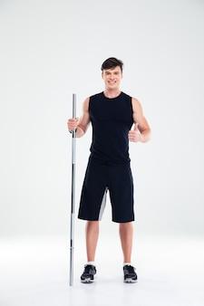 Портрет улыбающегося фитнес-человека, держащего штангу и показывающего большой палец вверх, изолированные