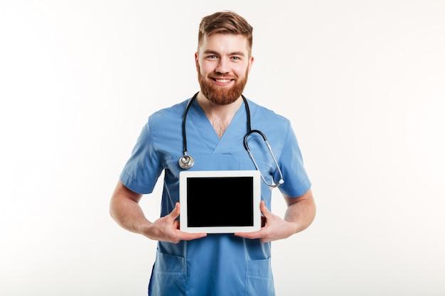 Портрет улыбающегося дружелюбного врача или медсестры
