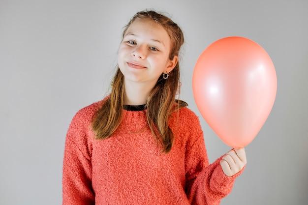 Портрет улыбающейся девушки, холдинг воздушный шар