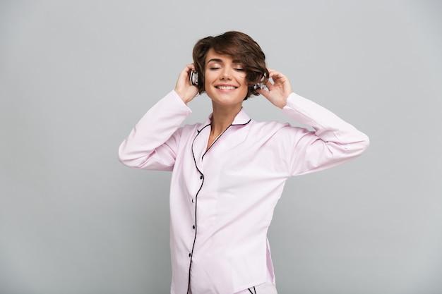 パジャマ姿で微笑んでいる女の子の肖像画