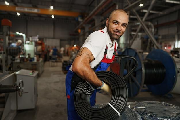 웃는 잘생긴 아프리카계 미국인 공장 노동자의 초상화