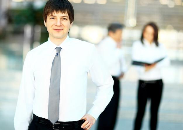 笑顔のハンサムなビジネスマンの肖像画