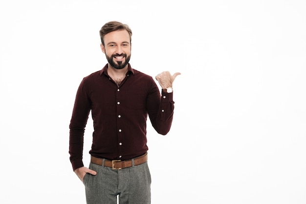 Портрет улыбающегося счастливого человека, стоящего