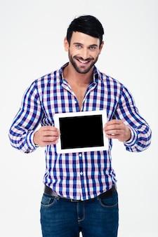 Портрет улыбающегося человека, показывающего экран планшетного компьютера, изолированного на белой стене
