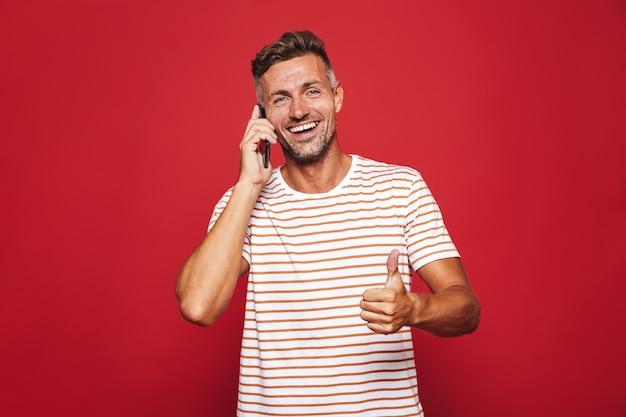 빨간색에 서 있는 웃는 남자의 초상화