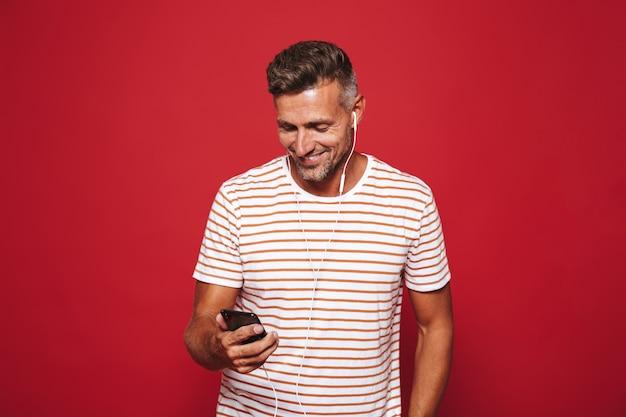 赤の上に立っている笑顔の男の肖像画