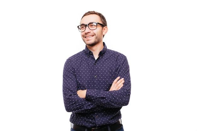 灰色の壁を越えて手で立っている笑顔の男の肖像画