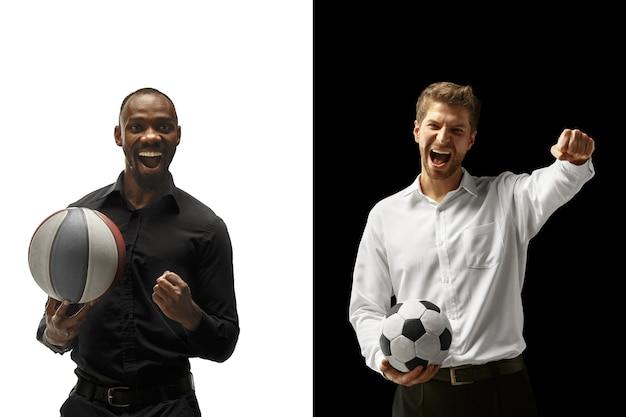 Портрет улыбающегося мужчины, держащего футбольный и баскетбольный мяч, изолированные на белом и черном пространстве