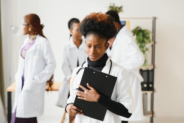 彼女の医療チームの前で笑顔の看護師の肖像画