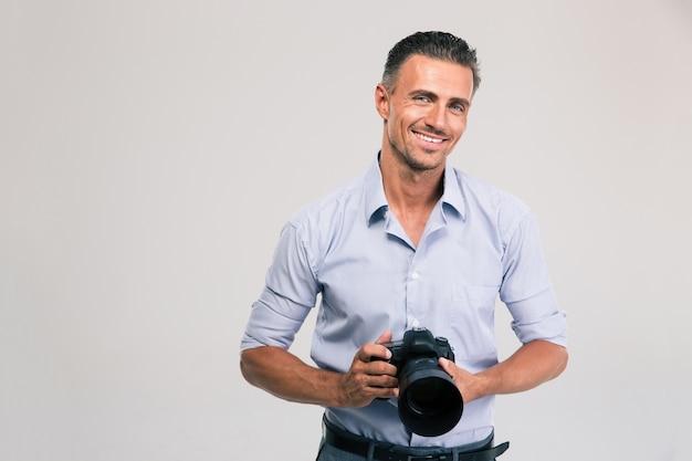 고립 된 카메라를 들고 웃는 사진 작가의 초상화