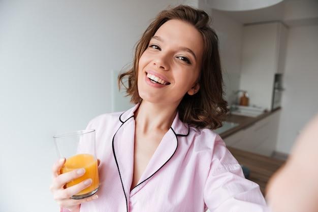 Портрет улыбающейся красивой девушки в пижаме