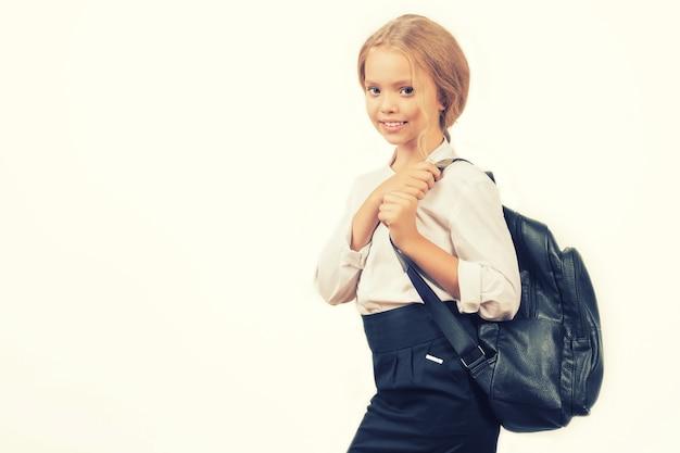 학교 배낭 제복을 입은 웃는 여학생의 초상화