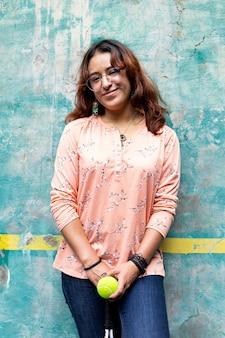 フロントンコートで、ラケットを持って、笑顔のティーンエイジャーの肖像画