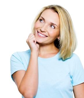 Портрет улыбающейся думающей женщины, смотрящей вверх - изолированные на белом