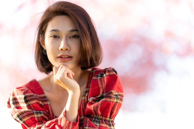 笑顔の女性アジア美しいモデルの短い髪のポーズの肖像画