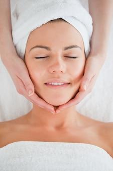 Портрет улыбающейся женщины с лицевой массаж