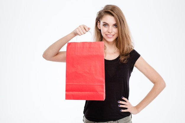 Портрет улыбающейся женщины, держащей хозяйственную сумку, изолированную на белом фоне