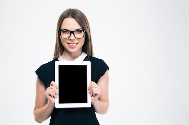 分離された空白のタブレット コンピューター画面を示す笑顔の女性の肖像画
