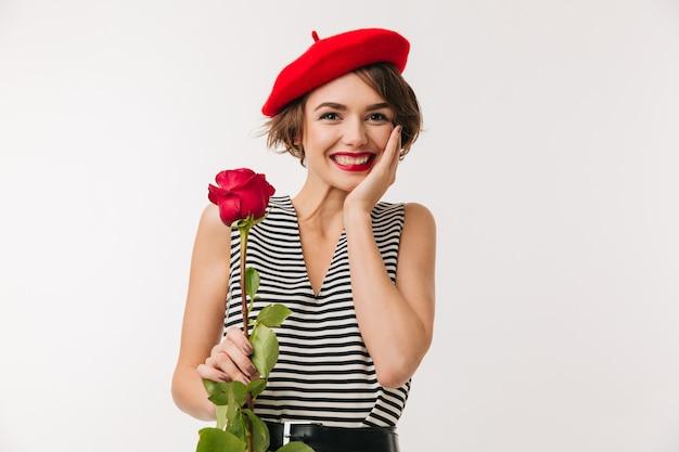 赤いベレー帽を身に着けている笑顔の女性の肖像画