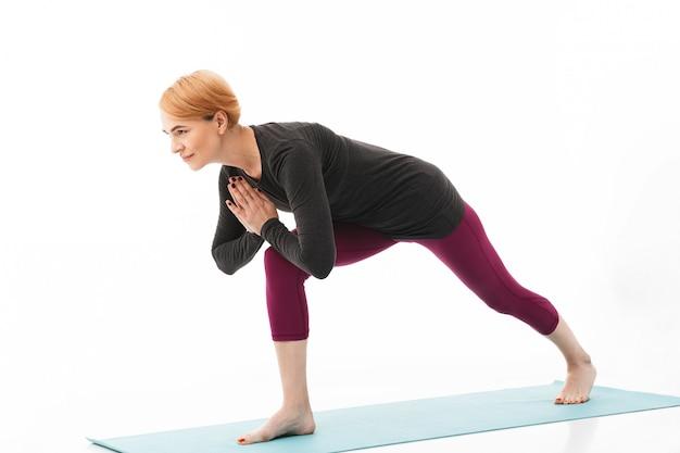 Портрет улыбающейся женщины йоги, одетой в спортивную одежду