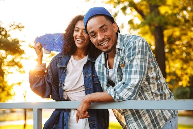 Портрет улыбающейся молодой африканской пары