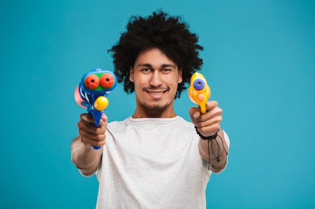 Портрет улыбающегося молодого африканского человека, играющего