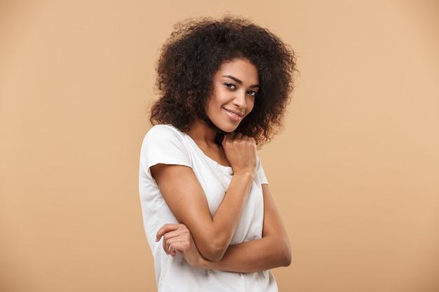 笑顔の若いアフリカ女性の肖像画