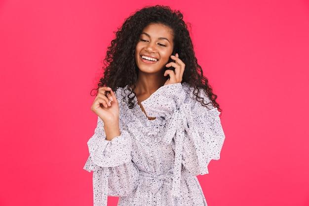 Портрет улыбающейся молодой африканской женщины