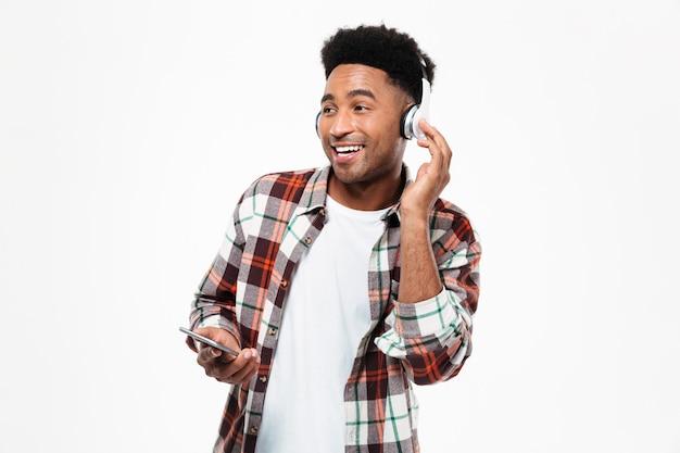 笑顔の若いアフロアメリカンの男の肖像