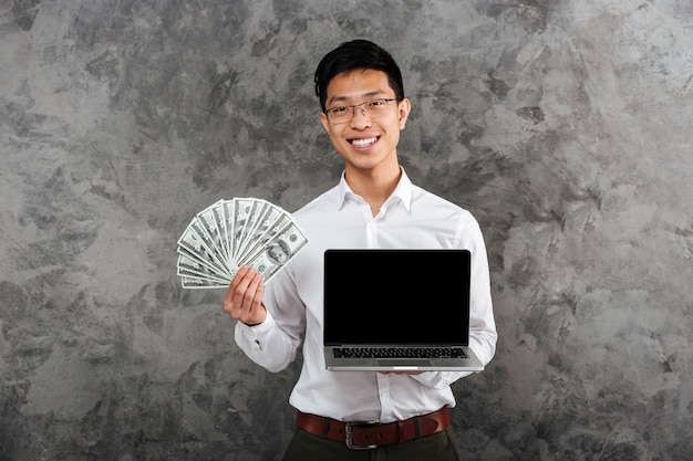 シャツに身を包んだ笑顔の若いアジア人の肖像画