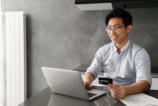 Портрет улыбающегося молодого азиатского человека
